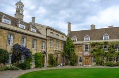 Uroczysty widok jeden wejścia szkoła wyższa przy uniwersytetem Cambridge, UK fotografia royalty free