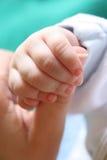 urodziła dziecko ręka jest nowy Obrazy Stock