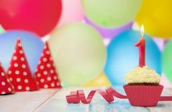 Urodzinowa babeczka z świeczką i kropi Zdjęcia Stock