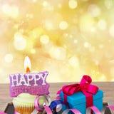 Urodzinowa babeczka z wszystkiego najlepszego z okazji urodzin świeczką Fotografia Royalty Free