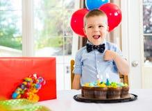 Urodzinowa chłopiec Z tortem I teraźniejszość Na stole obraz royalty free