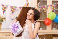 Urodzinowa dziewczyna ściska jej przyjaciela fotografia stock