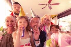 Urodzinowa dziewczyna czuje szczerze szczęśliwego odświętność urodziny z rodziną zdjęcia royalty free