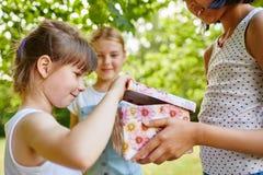 Urodzinowa dziewczyna otwiera teraźniejszość Obraz Stock