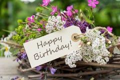 Urodzinowa karta z łąkowymi kwiatami obrazy stock