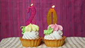 Urodzinowa rocznica 20 rok z torta i liczb świeczkami zdjęcie wideo
