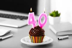 Urodzinowa smakowita babeczka z świeczkami obraz stock
