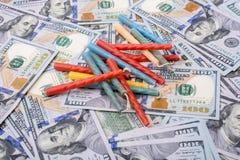 Urodzinowe świeczki umieszczają na dolarów amerykańskich banknotach Zdjęcie Stock