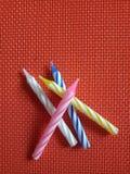 Urodzinowego candlestick kolorowi lampasy obraz stock