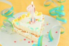urodzinowego torta pierwszy plasterek Zdjęcia Royalty Free