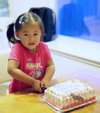 urodzinowego torta tnąca dziewczyna Obraz Royalty Free