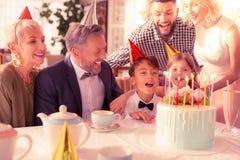 Urodzinowy chłopiec wydatki urodziny z jego dużą szczęśliwą rodziną zdjęcia stock