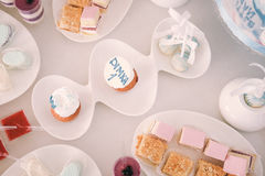 Urodzinowy cukierek na stole Zdjęcia Royalty Free