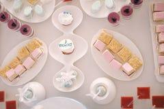 Urodzinowy cukierek na stole obrazy royalty free