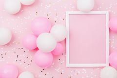 Urodzinowy mockup z ramą, pasteli/lów balonami i confetti na różowym stołowym odgórnym widoku, Mieszkanie nieatutowy skład obrazy royalty free