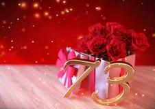 Urodzinowy pojęcie z czerwonymi różami w prezencie na drewnianym biurku Obrazy Stock