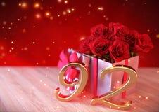 Urodzinowy pojęcie z czerwonymi różami w prezencie na drewnianym biurku Zdjęcie Royalty Free