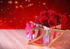 Urodzinowy pojęcie z czerwonymi różami w prezencie na drewnianym biurku siódmy 27th 3 d czynią Zdjęcie Royalty Free