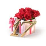 Urodzinowy pojęcie z czerwonymi różami w prezencie odizolowywającym na białym tle Obrazy Stock