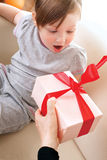 Urodzinowy prezent dla dziecka Zdjęcia Royalty Free