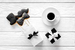 Urodzinowy prezent dla mężczyzna Zawijający pudełko, ciastka w kształcie czarny krawat, wąsy, kapelusz Białego drewnianego tła od Obrazy Royalty Free