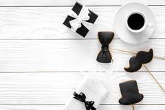 Urodzinowy prezent dla mężczyzna Zawijający pudełko, ciastka w kształcie czarny krawat, wąsy, kapelusz Biały tło odgórnego widoku Zdjęcie Royalty Free