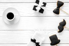 Urodzinowy prezent dla mężczyzna Zawijający pudełko, ciastka w kształcie czarny krawat, wąsy, kapelusz Biały tło odgórnego widoku Fotografia Royalty Free