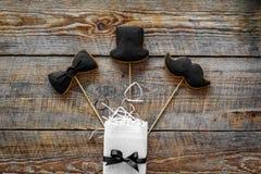 Urodzinowy prezent dla mężczyzna Zawijający pudełko, ciastka w kształcie czarny krawat, wąsy, kapelusz Drewnianego tła odgórny wi Obraz Royalty Free
