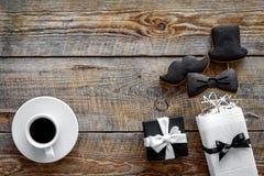 Urodzinowy prezent dla mężczyzna Zawijający pudełko, ciastka w kształcie czarny krawat, wąsy, kapelusz Drewniany tło odgórnego wi Zdjęcie Stock