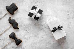 Urodzinowy prezent dla mężczyzna Zawijający pudełko, ciastka w kształcie czarny krawat, wąsy, kapelusz Popielatego tła odgórny wi Fotografia Royalty Free