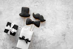 Urodzinowy prezent dla mężczyzna Zawijający pudełko, ciastka w kształcie czarny krawat, wąsy, kapelusz Popielaty tło odgórnego wi Fotografia Stock