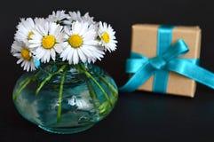 Urodzinowy prezent i kwiaty Obraz Royalty Free