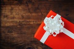 Urodzinowy prezent na drewnianym stole Fotografia Stock