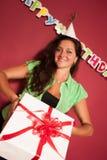 Urodzinowy prezent przy dziewczyn rękami Fotografia Stock