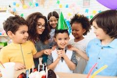 urodzinowy szczęśliwy przyjęcie Małe dzieci na urodzinowych świętowaniach balon kiście kalendarza pojęcia daty urodzin gospodarst Obraz Stock
