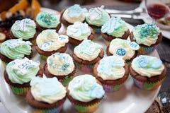 Urodzinowy tort w błękitnym glazerunku z jadalnym wystrojem w postaci domu i balonów Obrazy Stock