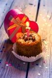 Urodzinowy tort z świeczką i prezentem Obrazy Royalty Free