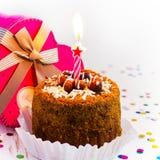 Urodzinowy tort z świeczką na białym tle Zdjęcia Royalty Free