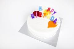 Urodzinowy tort z świeczkami przeciw białemu tłu Zdjęcia Royalty Free