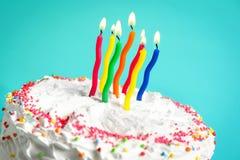 Urodzinowy tort z świeczkami przeciw koloru tłu, Zdjęcia Royalty Free