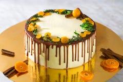 Urodzinowy tort z kremową czekoladą kapie na złocistym tle Obrazy Royalty Free