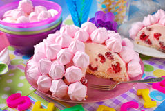 Urodzinowy tort z różowymi bezami i malinkami Zdjęcia Royalty Free