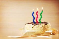 Urodzinowy tort z trzy dekoracyjnymi płonącymi świeczkami Fotografia Stock
