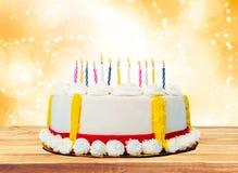 Urodzinowy tort z świeczkami na zamazanym tle Obrazy Stock