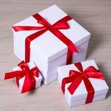 Urodziny, bożych narodzeń lub walentynki pojęcie, - biali prezentów pudełka zdjęcia royalty free