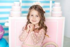 Urodziny i szczęścia pojęcie - szczęśliwa mała dziewczynka z cukierkami na tle cukierku bar Portret pi?kna ma?a dziewczynka fotografia stock