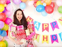 urodziny pudełkowata prezenta mienia przyjęcia kobieta zdjęcia stock