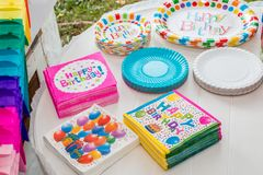 Urodziny stół słuzyć z rozporządzalnym tableware obraz royalty free