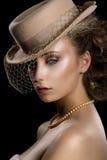 Urok. Retro Projektująca Romantyczna kobieta w rocznika Brown przesłonie i kapeluszu. Nostalgia Fotografia Royalty Free