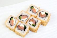 Uromaki Суши в nori Японская еда на красивом блюде еда диетпитания стоковая фотография rf